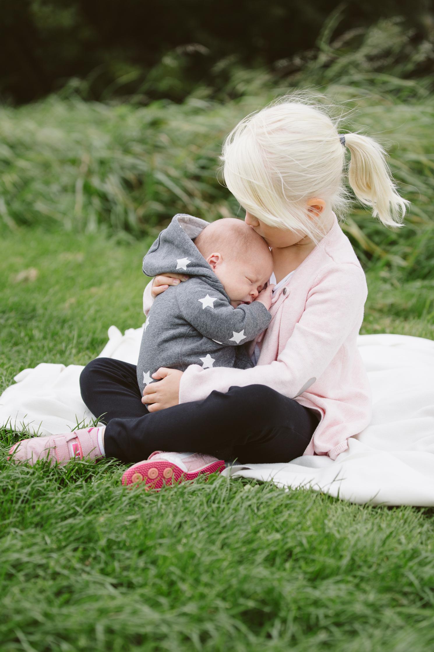 familjefotografering-barn-syskonfotografering-lillebror-storasyster-maria-o-photo-klagerup-6