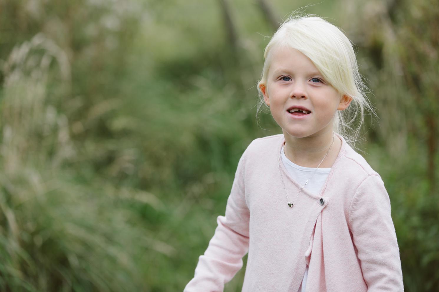familjefotografering-syskonkarlek-barn-syskonfotografering-lillebror-storasyster-maria-o-photo-klagerup-5