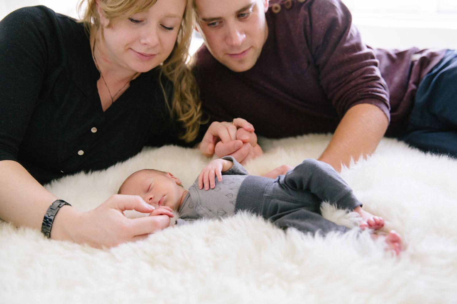 first-moments-beloved-moment-design-nyfoddfotografering-i-hemmiljo-nyfodd-maria-o-photo-baby