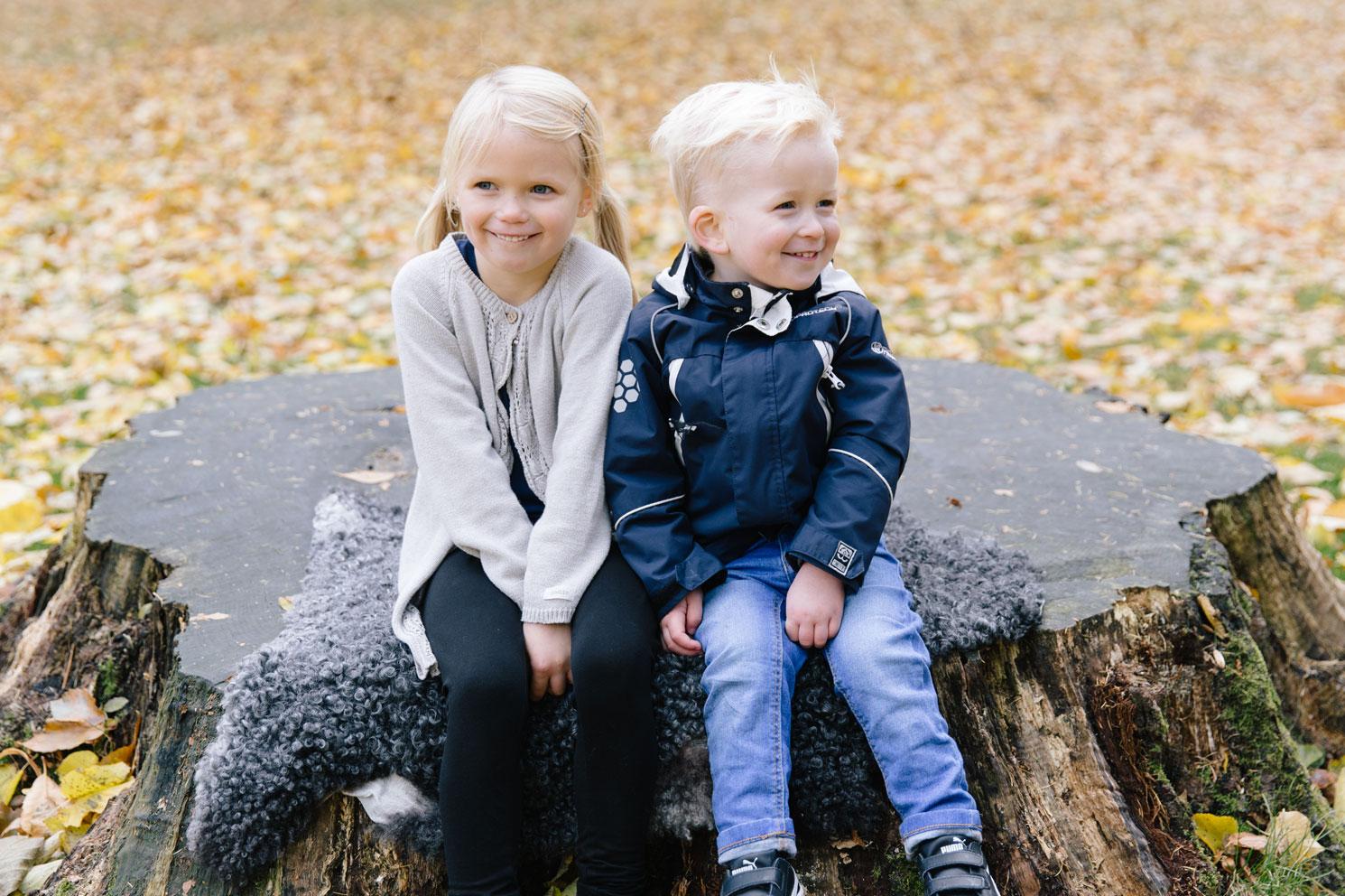 syskonfotografering-beloved-moment-design-alnarpsparken-gladje-lek-skratt