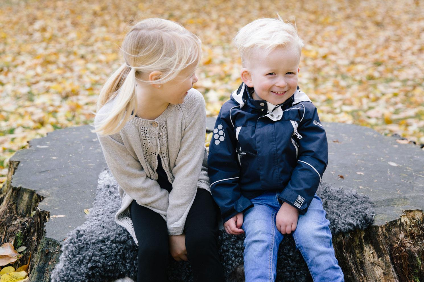 syskonfotografering-beloved-moment-design-alnarpsparken-gladje-lek-syskon