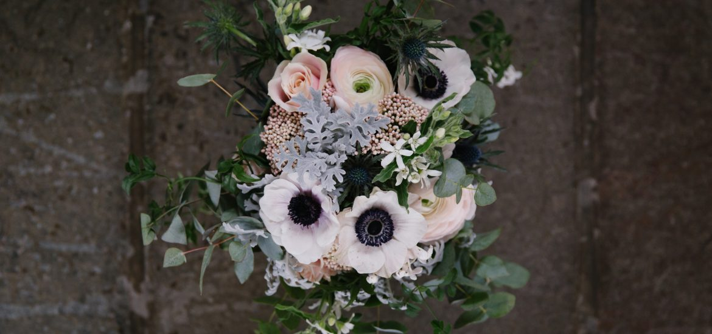 Brudbukett med rosa anemoner och blå tistlar